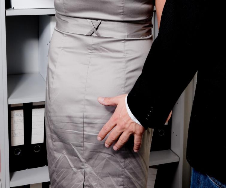 «Целовал в грудь и облизал ухо»: 70-летнего профессора украинского вуза застукали на домогательствах к молоденьким студенткам (ВИДЕО)
