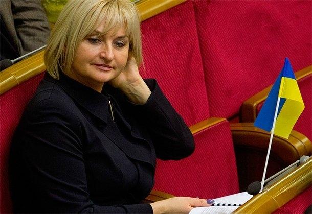 Вам такое и не приснится: Ирина Луценко «вышивает» в Раде со сумочкой почти за 100 тыс. грн