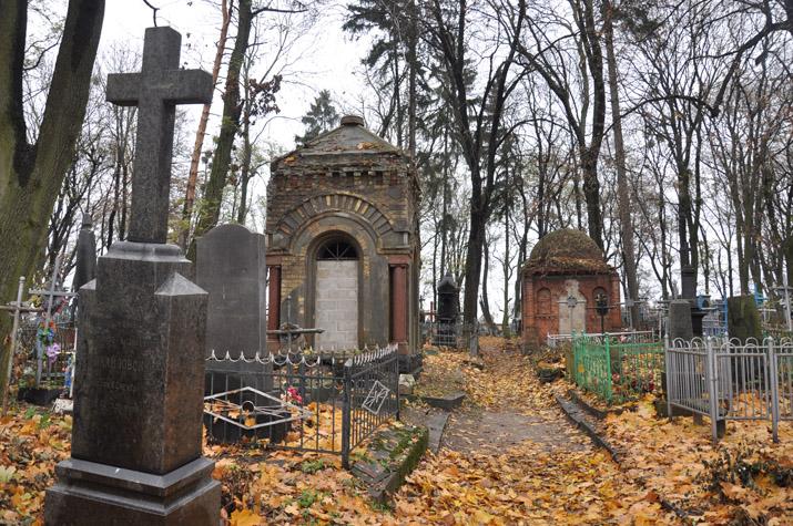 Пили, курили и целовались прямо на могилах: На Львовщине молодые девушки устроили веселье на кладбище