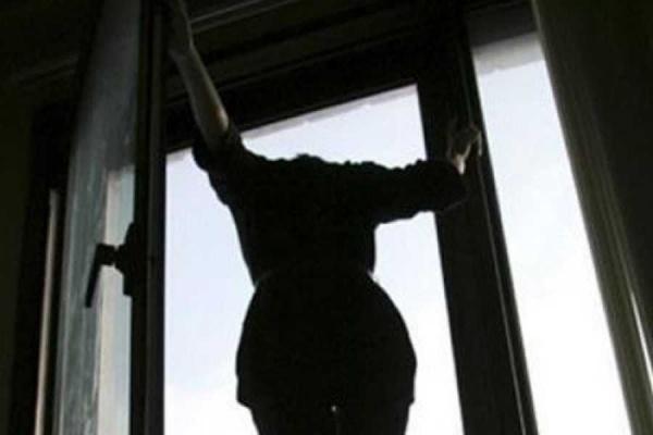 «Випрыгнула из окна из-за неразделенной любви…»: Девушка умерла в автомобиле медиков