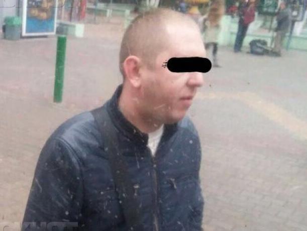 Испуганная пассажирка троллейбуса сняла на фото извращенца, который занимался непристойностями прямо на улице