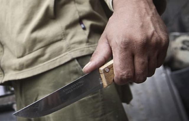 «Схватил нож и ударил женщину в шею»: в Киеве мужчина перерезал горло своей возлюбленной