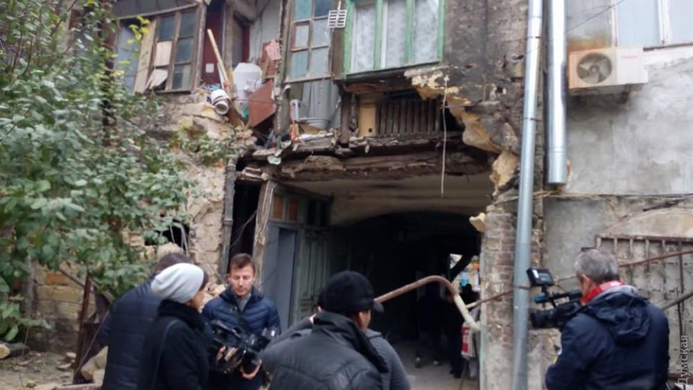 «Эвакуация жителей…»: В Одессе в жилом доме обрушилась внешняя стена