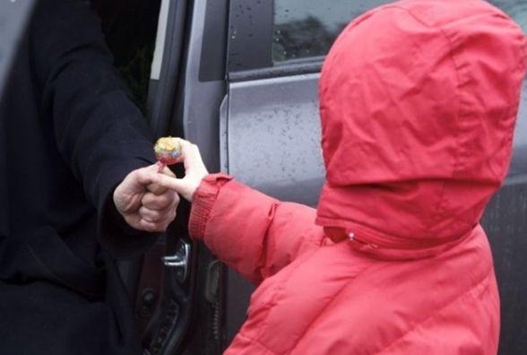 Родители, берегите своих детей! На Тернопольщине неизвестные хотели заманить детей в машину конфетами