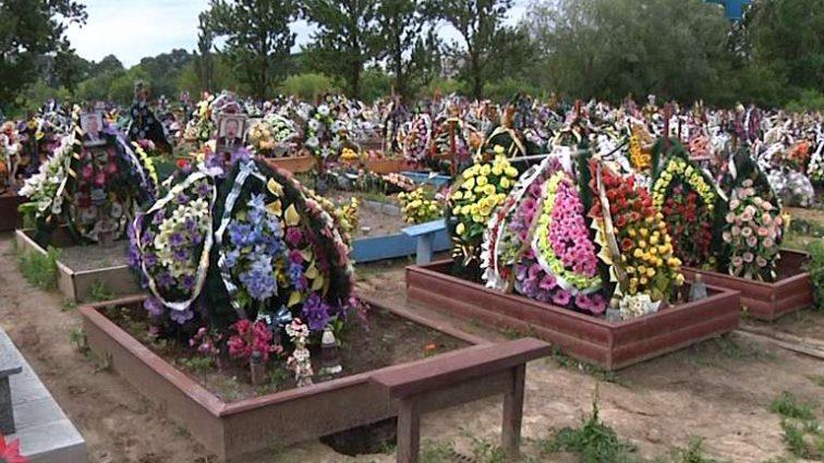 Церковь призвала, власти запретили: вот что нельзя приносить и делать на кладбище с 2018 года