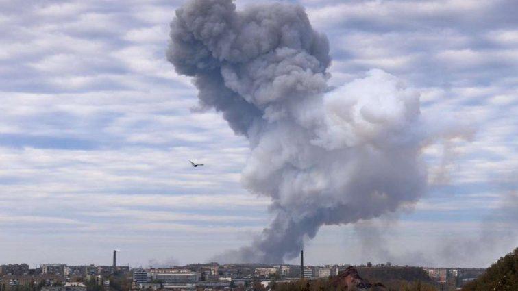В центре Луганска прогремел мощный взрыв, начался вооруженный бунт, эвакуация