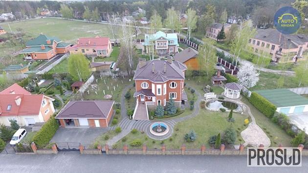 «Три автомобиля, квартиры, особняк и три земельных участка…»: Как живет простой украинский судья
