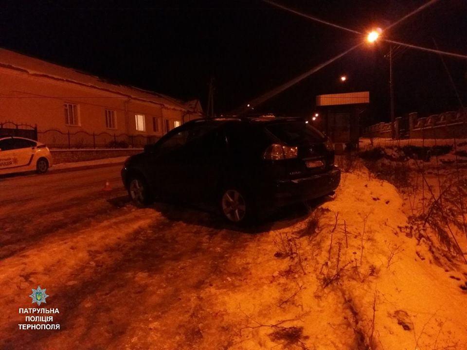 В Тернополе 27-летний водитель сбил супругов на остановке