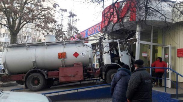 «Водителю стало плохо и он потерял сознание…»: Бензовоз влетел в магазин