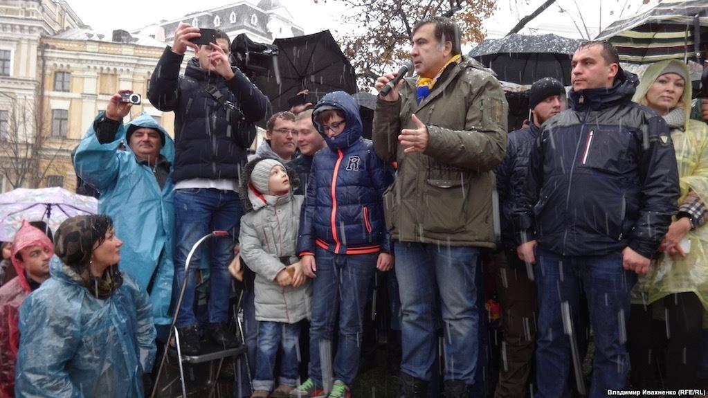 «Предлагает остановить марши и снять палатки…»: Саакашвили написал письмо Порошенко