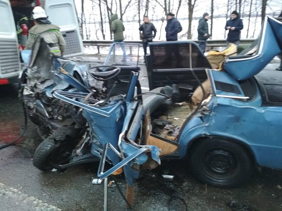 Куски металла по всей дороге и много пострадавших: пассажирский автобус смял авто