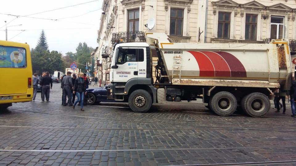 Его пытаются спасти: В центре Львова грузовик «раздавил» пешехода
