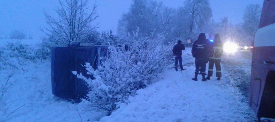 Из-за снега: Рейсовый автобус слетел в кювет (Видео)