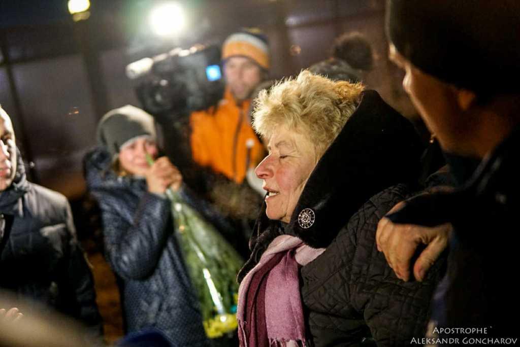 Вместо тысячи слов: Мать бойца потеряла сознание после звонка сына