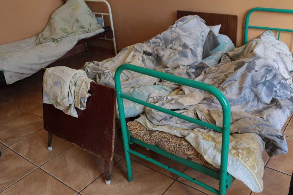 «Решетки на металлических клетках, рядом бутылки с испражнениями»: На Буковине в психоневрологическом интернате жестоко пытают пациентов