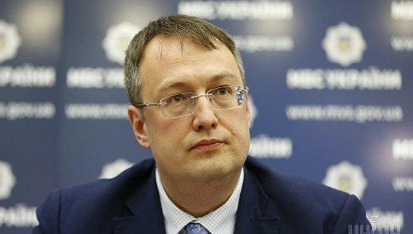 «Женщина не кормит?» Как Антон Геращенко «облизывал пустую тарелку» во время обеда (ВИДЕО)
