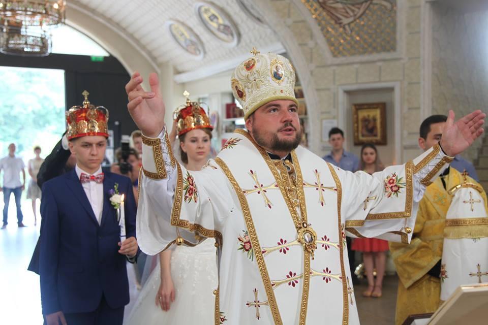 Благословили! В УПЦ позволили венчания между крестными родителями