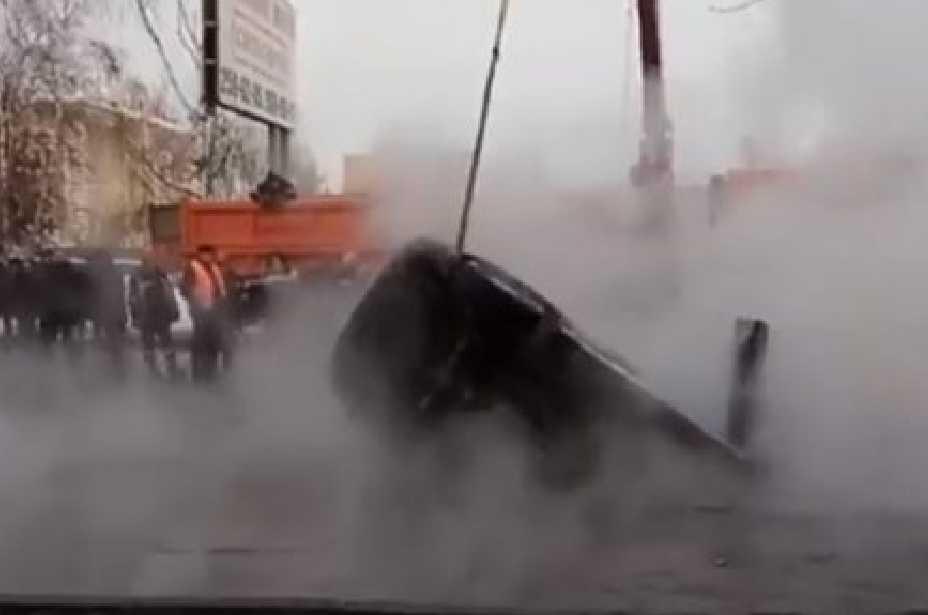 Машина с беременной женщиной провалилась в яму с кипятком (ВИДЕО)