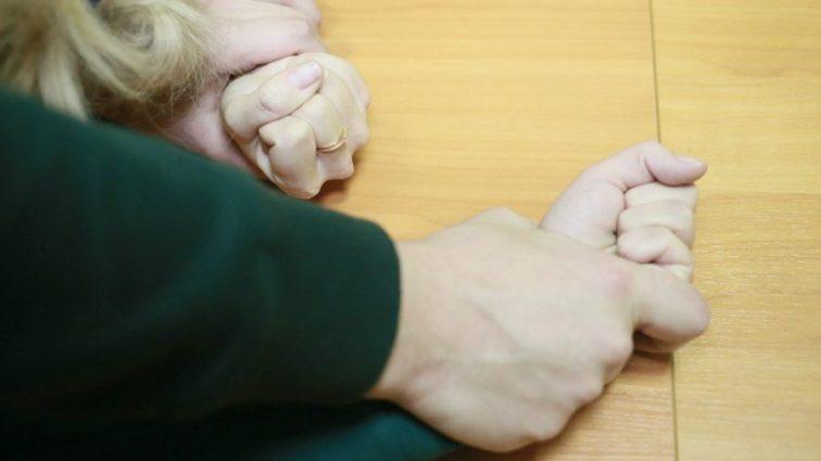 «40 ударов в разные части тела и душил ее подушкой!»: Мужчина зверски изнасиловал 7-летнюю девочку