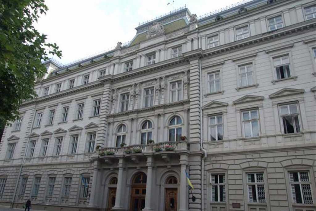 «А в городе не хватает скорых»: Во Львове выделили 18 млн. на премии для чиновников