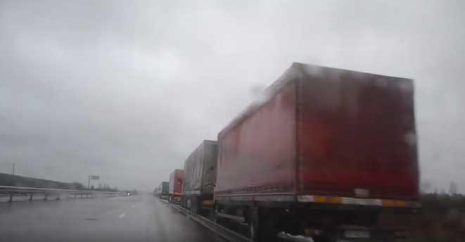 Пробка 20 километров! На границе Украины образовалась огромная очередь машин
