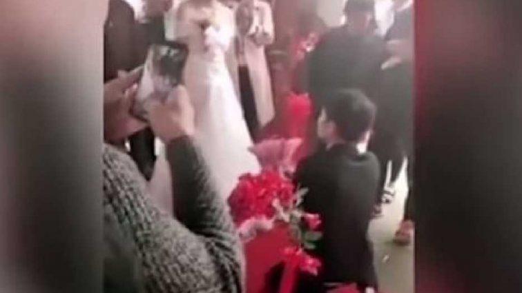 Гости подумали, что это шутка: невеста прямо перед алтарем отказала жениху (Видео)