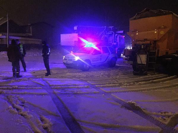 «На протяжении всей ночи спасатели…»: Четыре грузовика попали в снежную ловушку