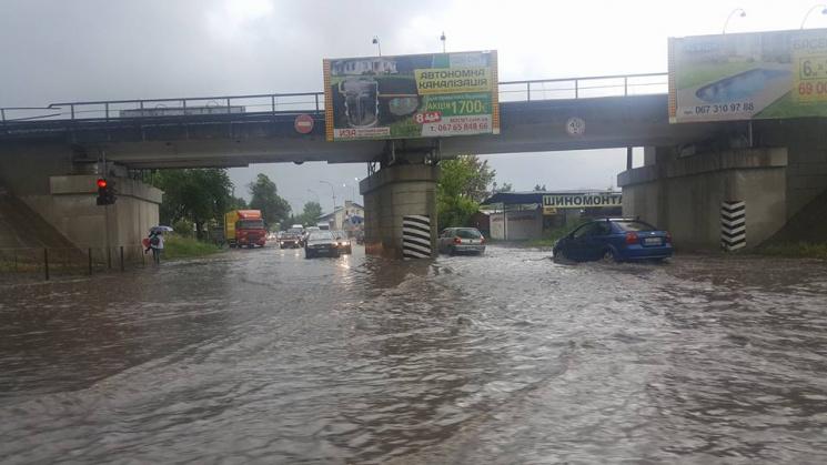 «Подтоплены целые города, вода уже в Ужгороде…»: Из-за интенсивных осадков Западную Украину накрыло наводнение (ФОТО)