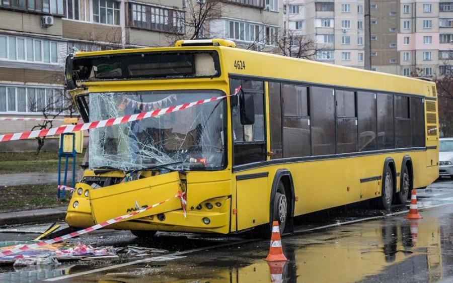 Людей развозят по больницам: Автобус полностью снес остановку
