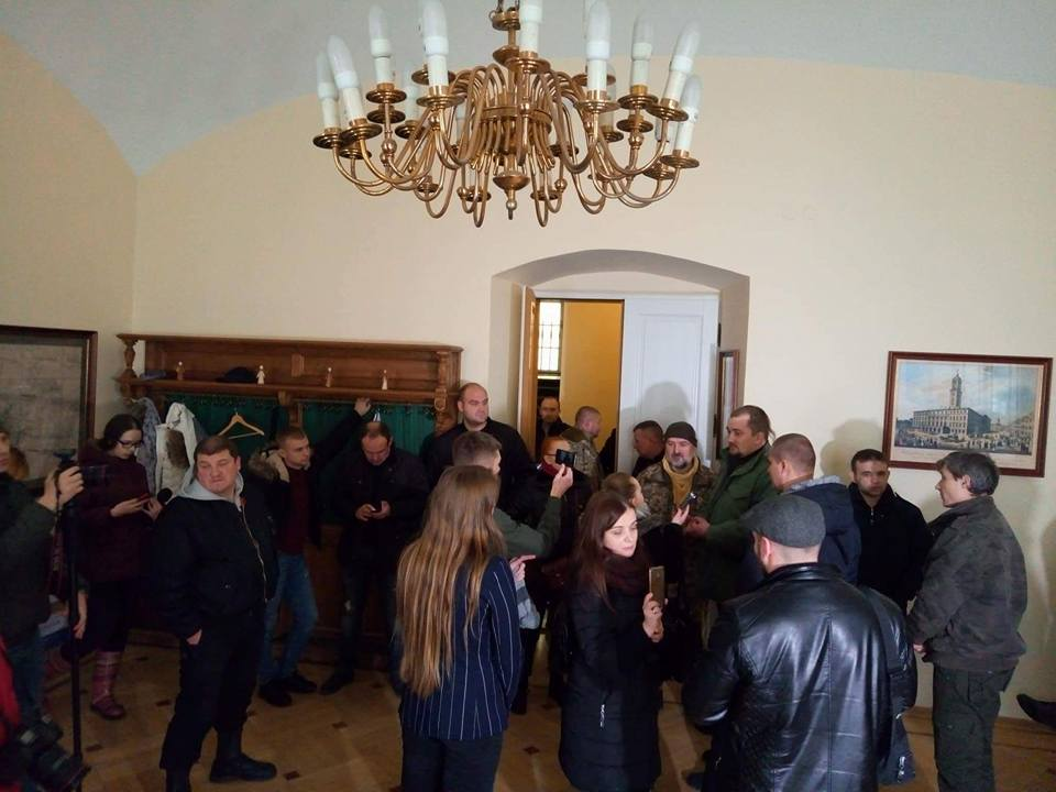 Требуют отставки: Люди забаррикадировались в кабинете Садового