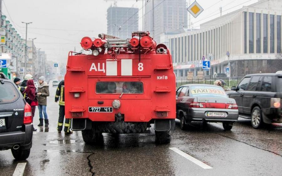 «Уверяют, что не нарушали»: В Киеве пожарная машина врезалась в автомобиль. Кто прав?