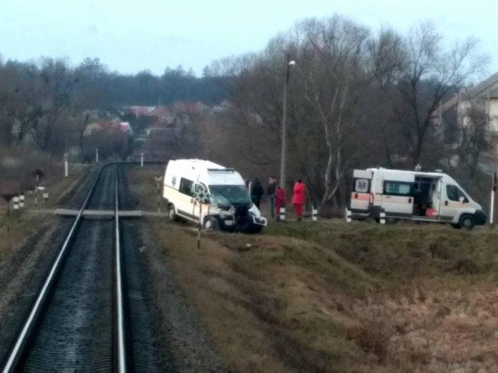 Жуткая ДТП на Львовщине: поезд на скорости «снес» «скорую», есть пострадавшие (ФОТО)