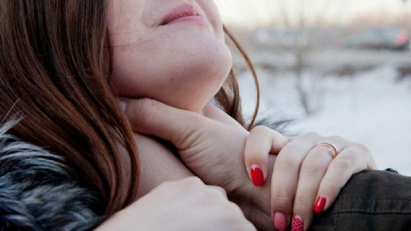 «Повалил и оттащил к пустырю…»: Мужчина изнасиловав девушку оставил ей телефон со своим фото