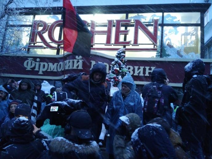 «Порошенко на нары»: сторонники Саакашвили заблокировали магазин Roshen, что находится у изолятора СБУ