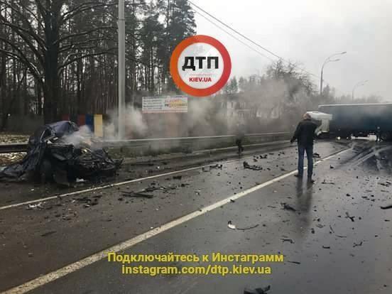 Фура раздавила авто вместе с водителем: в Киеве произошло ужасное ДТП