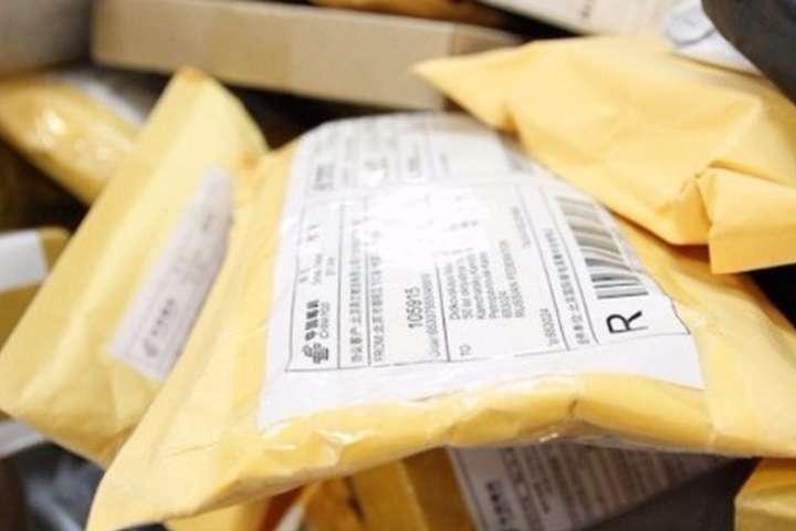 Порошенко подписал скандальный закон о «трех посылках в месяц»: узнайте подробности