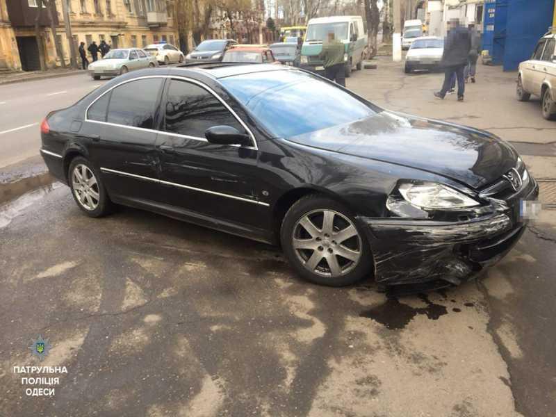 В Одессе пьяный водитель пытался въехать в супермаркет и устроил ДТП
