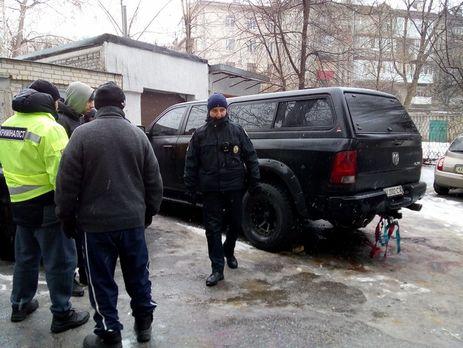 «Осколками повреждены несколько соседних автомобилей»: Взорвали авто известного чиновника