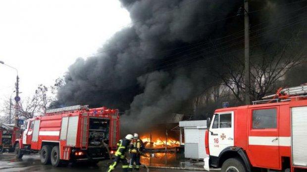 Срочно! В Киеве произошел масштабный пожар, горит историческое здание