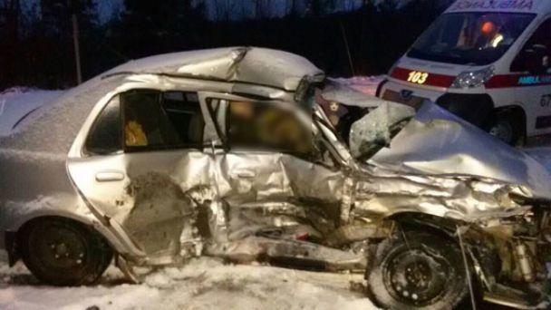 Спасатели доставали тела из груды металлолома: На Ровенщине авто с военными влетело в маршрутку