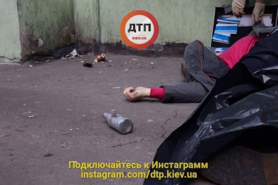 «Рядом с ним лежала…»: во дворе обнаружили тело мужчины