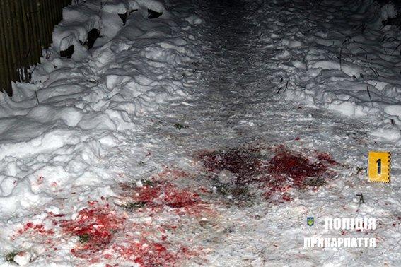 Бил и душил: Мужчина жестоко зарезал собственную мать