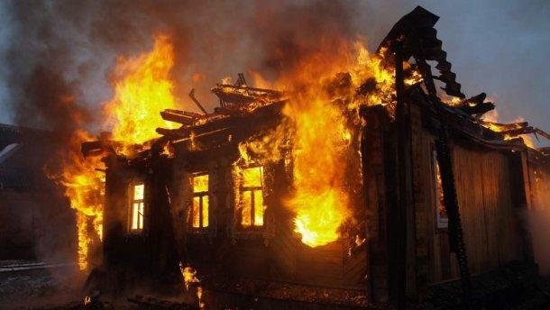 «Борются за жизнь»: Мужчина вынес из горящего дома 8-месячного младенца