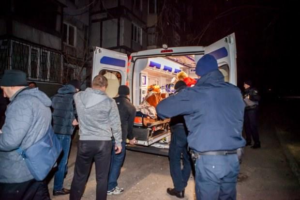 Подложили прямо под двери: В результате взрыва многоэтажки пострадала полицейская (Видео)