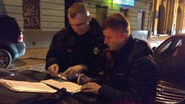 «С девушкой в служебном автомобиле»: Во Львове поймали пьяного полицейского за рулем
