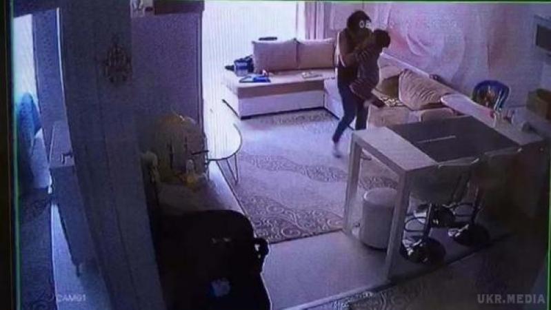«Мама пережила шок»: камера зафиксировала как няня жестоко издевалась над грудным ребенком и бросала его об пол (видео)