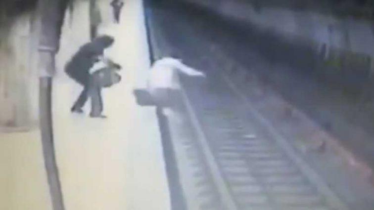 «Не давала выбраться на перрон…»: Женщина толкнула 25-летнюю беременную девушку под поезд (ВИДЕО)