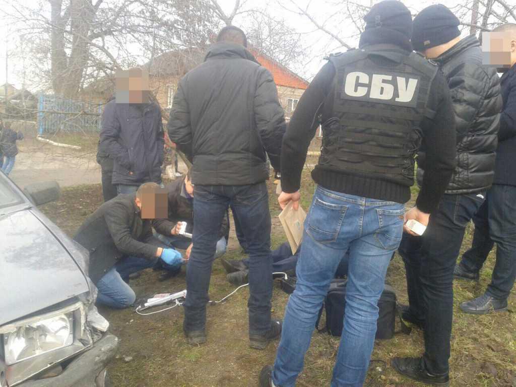 Сумма впечатляет! В Кропивницкому полицейского задержали на взятке