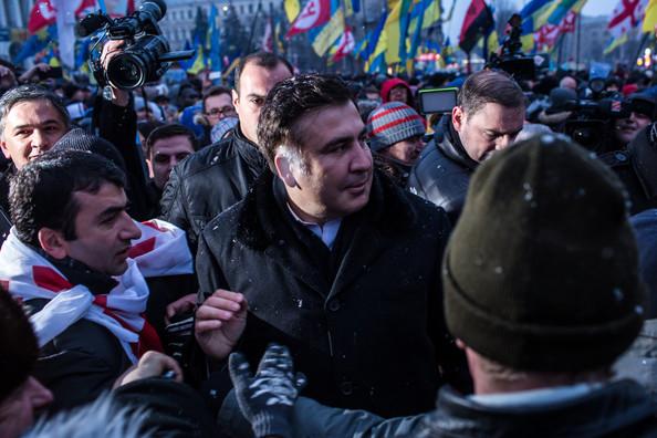 «Выломали заднюю дверь и вытащили»: Протестующие освободили Саакашвили от силовиков и отправились к Раде