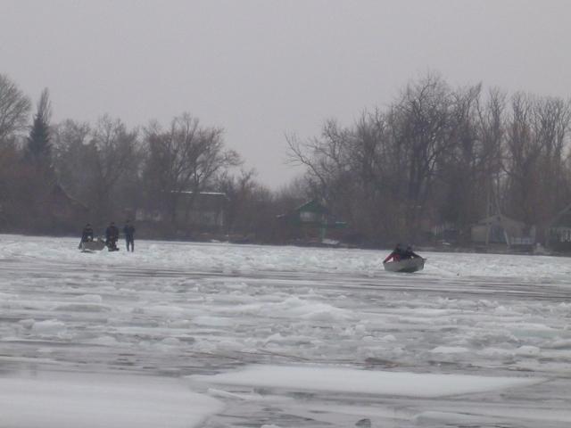 Разбивал лед голыми руками: мужчина героически спас женщину, Сеть потрясена